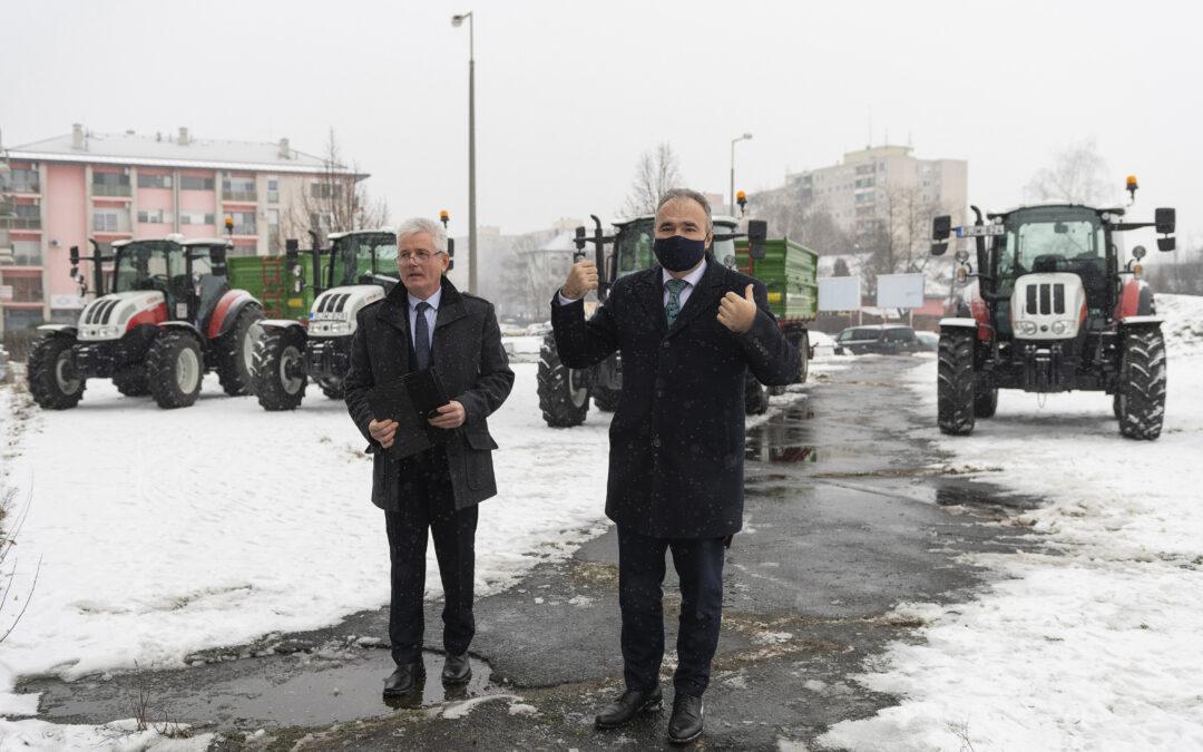 2021-01-19-Új gépjárműveket, traktorokat és pótkocsikat vehettek át az Északi Agrárszakképzési Centrum szakképzési intézményei-mti