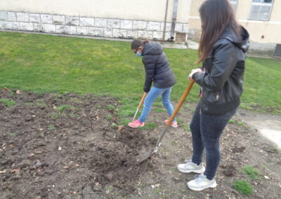 Tavaszi előkészítő munkák a Csukás iskola tankertjében Csorna
